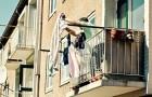 Chiama la polizia perché la vicina di casa stende l'abbigliamento intimo:
