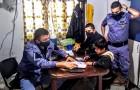 De 8-jarige zoon weigert zijn huiswerk te maken, dus wendt de wanhopige moeder zich tot de politie