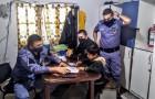 De 8-jarige zoon weigert zijn huiswerk te maken en zijn moeder besluit hem naar de politie te brengen