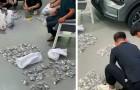 Een man koopt een auto voor zijn zoon en betaalt alles in kleine muntjes: het kostte 3 uur en 20 medewerkers om te tellen