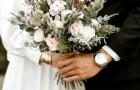 Finge anular la boda para no invitar algunos parientes, pero es traicionada por las fotos del evento en las redes sociales