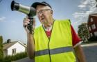 Anziano usa l'asciugacapelli come autovelox per far rallentare le macchine che vanno troppo veloci