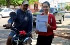 Une jeune fille obtient son diplôme et offre une moto à son père adoptif qui a travaillé comme cordonnier pour payer ses études