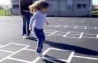 Crianças brincam de amarelinha na rua, mas os vizinhos chamam a polícia por