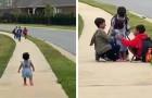 Meisje rent om haar oudere broers te omhelzen die uit school komen: ze was niet gewend om ze zo lang niet te zien