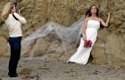 Fotografen raderar bilderna på brudparet framför deras ögon - ett bröllop som bli svårt att glömma