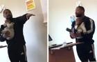 Um professor segura no colo o filho de uma aluna que não tinha conseguido encontrar uma babá