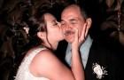 La mariée demande à être conduite à l'autel par ses pères biologique et adoptif : une scène pleine d'émotion