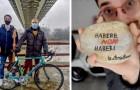 Due ragazzi barattano oggetti di valore senza usare il denaro: