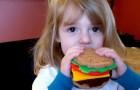 Pensa che l'amica di sua figlia sia mal nutrita perché vegana e le cucina in segreto piatti a base di carne