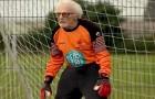 Op 88-jarige leeftijd blijft hij voetballen als keeper van het team: