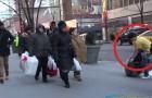 Un ragazzo congela in strada per 2 ORE, ma alla fine accade qualcosa di magico