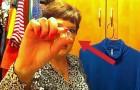 Een vrouw schuift het lipje van een blikje over een kledinghaak... deze truc is ruimtebesparend!