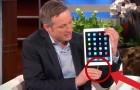 Hij pakt een iPad, wat hij kan doen is spectaculair