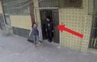 Un garçon malentendant marche dans la rue: ce qui se passe autour de lui le remplira d'émotion