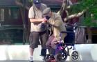 Ils aident une personne âgée à se mettre debout mais ils verront que rien n'est comme il parait!