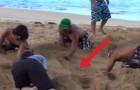 Iniziano a scavare nella sabbia: ciò che stanno per fare lascia tutti a bocca aperta!