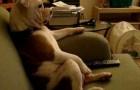 Le Bulldog qui regarde la télé