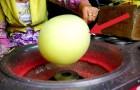 Sie beginnt damit, eine Kugel aus Zuckerwatte zu formen: Das Endergbenis ist phänomenal!