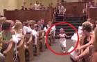 Los niños llevan los anillos al altar, pero ALGO no va como es previsto...