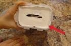 Sie gibt eine Papierrolle in einen Plastikbehälter: Hier ein günstiger Tipp!