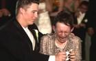 Zijn moeder kan niet lopen, maar dat houdt deze bruidegom niet tegen om haar een ONVERGETELIJK moment te bezorgen