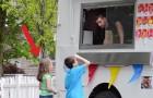 Un finto gelataio li invita a salire sul furgone: la reazione della bambina è spettacolare