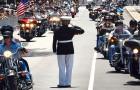 Deze militair staat elk jaar 3 uur in saluut op straat: de reden hiervoor is aangrijpend.