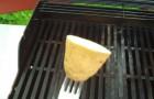 Hij wrijft met een halve aardappel over de grill: deze truc is handig en natuurlijk!