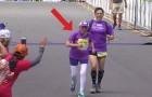 Eine Frau erreicht das Ziel beim Marathonlauf: Wenn ihr ihr Alter erfahrt, werdet ihr es nicht glauben können