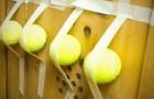 Attacca delle palline da tennis nell'armadietto delle scarpe: il motivo è brillante!