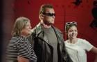Ils se font une photo avec la statue de Terminator, mais quelque chose d'inattendu va se produire
