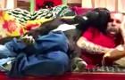 Il essaie de se détendre sur le canapé mais regardez ce que fait ce chien... TROP DRÔLE!