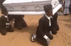 Vännerna bär kistan som på en vanlig begravning, men de gör det på ett helt OVÄNTAT sätt!