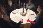 De sätter sig vid bordet för att äta, men titta noga på vad som händer i väntan...