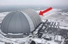On dirait de loin un hangar militaire sombre. Mais le bâtiment cache une surprise... TROPICALE!