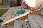 Deze pup durft de trap niet af. Zijn oplossing? Hilarisch!