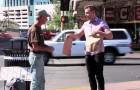 Ein junger Mann macht das Schild eines Obdachlosen kaputt, doch was er dann macht, ist lustig!