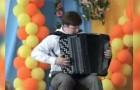 Molte persone sanno suonare la fisarmonica, ma questo ragazzo vi rapirà col suo talento