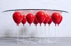 Sorretto da palloncini ad elio, ecco il tavolo da caffè che sembra fluttuare nell'aria