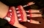 She creates a scary optical illusion on her hand ... And in the dark is even worse!