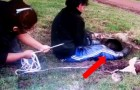 Dua pessoas puxam uma corda com força: veja quem sai de dentro do buraco!