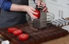 Er nimmt rote Tomaten und reibt sie. Ein echt guter Trick zum Nachmachen