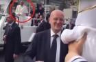 Papa Francesco nota nella folla un neonato vestito come lui: la sua reazione è uno spettacolo!