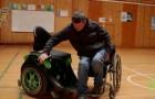 Sembra una normale sedia a rotelle, ma appena ci si siede rivela un aspetto innovativo
