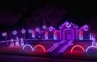 Ci sono molte case illuminate a festa in giro, ma questa è forse la più spettacolare