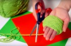 Ze rolt wat wol op in haar hand... het resultaat is een miniatuur kunstwerk!