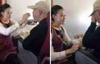 Een passagier heeft het moeilijk en wat deze stewardess daaraan doet ontroert miljoenen mensen