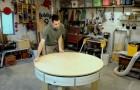 Il crée une table en bois