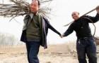 Un uomo senza braccia e l'amico non vedente hanno piantato insieme più di 10 mila alberi
